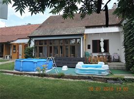 Bazén a dětský bazének na zahradě
