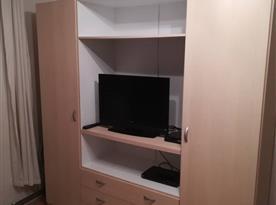 Ložnice s lůžky a TV