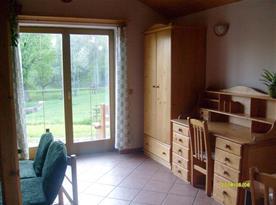 Společenská místnost s psacím stolem a skříní