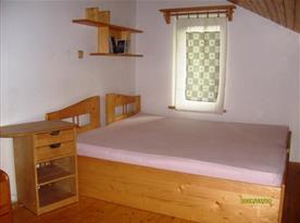 Dvě postele na galerii v patře.