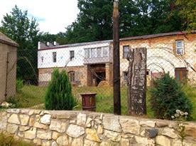 Pohled na naší farmu od brány. V současnosti už je pomalovaná o trochu větší část fasády.