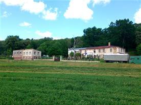 Pohled na naší farmu z pole. V současnosti už je pomalovaná o trochu větší část fasády.
