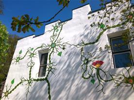 Některé části vnějších stěn stavení farmy jsou umělecky pomalované.