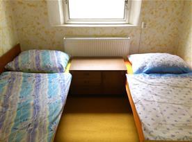 Postele ve vedlejší místnosti.
