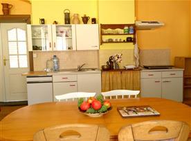 Kuchyňský kout a posezení.