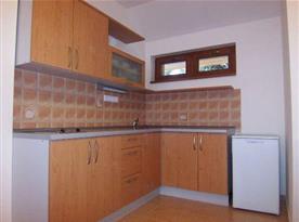 Kuchyně s ledničkou a vařičem