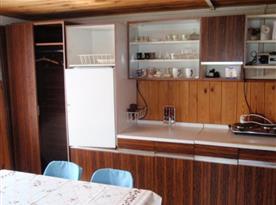 Vybavená kuchyně s lednicí a vařičem