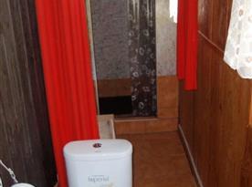 Sociální zařízení s toaletou a sprchovým koutem