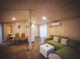 Pohled ze společenské místnosti do jídelní části a kuchyně
