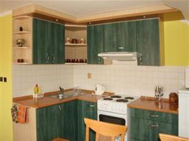 Vybavená kuchyně apartmánu A s posezením
