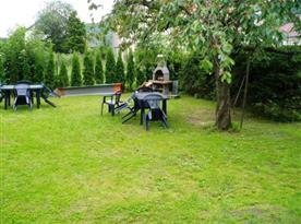 Zahrada s grilem a posezením