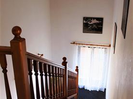 Schody do patra na chodbě