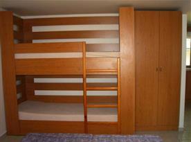 Ložnice s patrovou postelí a skříní