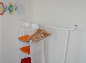 Dolní apartmán - pokoj s lůžky a závěsnými poličkami