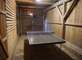 Stůl na stolní tenis ve stodole