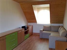 Apartmán pro 8 osob s pohovkou, skříňkou a televizí