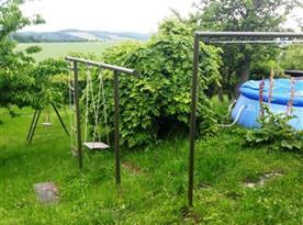 Zahrada s bazénem a houpačkami