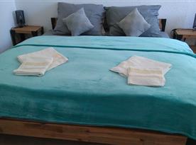 manželská postel v zadní ložnici