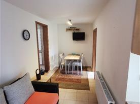 Apartmán v přízemí - jídelní stůl, pohovka