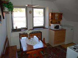 Apartmán v podkroví - kuchyně s jídelním koutem