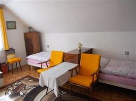 Apartmán v podkroví - pokoj A s lůžky, stolkem, křesly a skříní