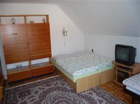 Apartmán v podkroví - pokoj B s lůžky, skříní a televizí