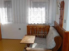 Apartmán v podkroví - chodba s pohovkou, stolkem a skříní