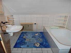 Apartmán v podkroví - koupelna s vanou a umývadlem