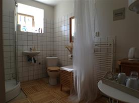 koupelna se sprchovým koutem, umyvadlem a WC
