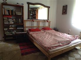 Interiér 1.ložnice s manželskou postelí, sem je možné přistavit skládací přistýlku