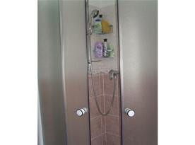 Koupelna A se sprchovým koutem, umyvadlem a toaletou