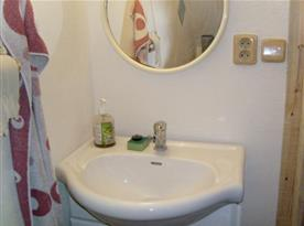 Koupelna B se sprchovým koutem a umývadlem