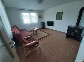 Obývací pokoj s krbem a vinotékou