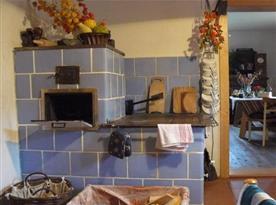 Kuchyně má funkční kachlová kamna