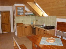 Obytná místnost s kuchyní v podkroví