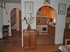 Pohled ze společenské místnosti do kuchyně a na chodbu