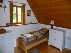 Ložnice s lůžky, komodou a lampičkou