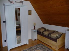 Ložnice s lůžky, komodou, skříní, nočním stolkem a lampičkou