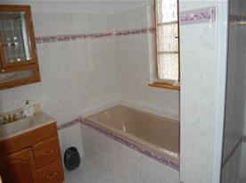 Koupelna s vanou, sprchovým koutem, umývadlem a skříňkou