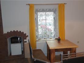 apartmán - jídelní stůl, lavice