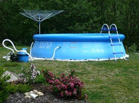 Bazén na zatravněném pozemku u chalupy