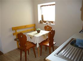 Kuchyně s jídelním stolem chalupy část II.