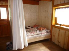 Obývací pokoj s manželskou postelí chalupa část II.