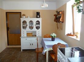 Kuchyně chalupy část I. s jídelní stolem