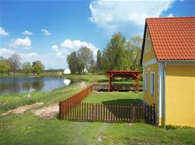 Chalupa na břehu rybníka