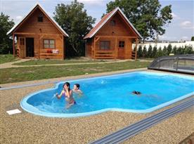 Bazén s pohledem na chatové apartmány