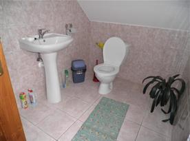 Toaleta v rámci koupelny