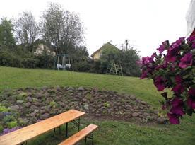 Posezení na zatravněné zahradě