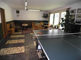 Vstupní hala s pingpongovým stolem, posezením a televizí