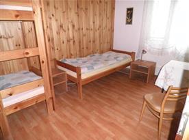 Pokoj s patrovou postelí, lůžky a nočními stolky